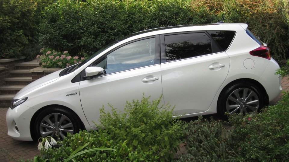 Toyota Auris Excel Hybrid Uk With A Flat Battery Again